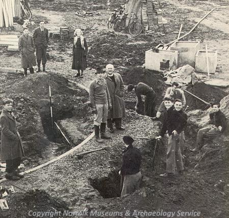 Photograph of Roy Rainbird Clarke (centre) during excavations at Caistor St Edmund.